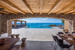 Территория. Греция, Иерапетра : Роскошная пляжная вилла с бассейном и шикарным видом на море, 12 спален, 10 ванных комнат, барбекю, парковка, Wi-Fi