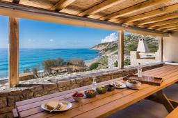 Обеденная зона. Греция, Иерапетра : Роскошная пляжная вилла с бассейном и шикарным видом на море, 12 спален, 10 ванных комнат, барбекю, парковка, Wi-Fi