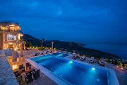 Бассейн. Греция, Айя Пелагия : Роскошная вилла с бассейном и видом на море, 5 спален, 2 ванные комнаты, барбекю, парковка, Wi-Fi