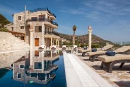 Фасад дома. Греция, Айя Пелагия : Роскошная вилла с бассейном и видом на море, 5 спален, 2 ванные комнаты, барбекю, парковка, Wi-Fi