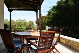 Обеденная зона. Греция, Ираклион : Прекрасная вилла с бассейном и зеленой лужайкой, 5 спален, 3 ванные комнаты, барбекю, парковка, Wi-Fi