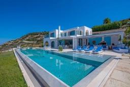 Фасад дома. Греция, Коккино Хорио : Роскошная вилла с бассейном и видом на море, 6 спален, 6 ванных комнат, барбекю, парковка, Wi-Fi