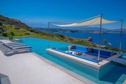 Патио. Греция, Коккино Хорио : Роскошная вилла с бассейном и видом на море, 6 спален, 6 ванных комнат, барбекю, парковка, Wi-Fi
