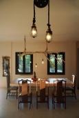 Обеденная зона. Греция, Херсонисос : Прекрасная вилла с бассейном и зеленым двориком с барбекю, 4 спальни, 2 ванные комнаты, джакузи, парковка, Wi-Fi