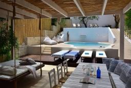 Патио. Греция, Херсонисос : Прекрасная вилла с бассейном и зеленым двориком с барбекю, 4 спальни, 2 ванные комнаты, джакузи, парковка, Wi-Fi