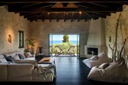 Гостиная. Греция, Херсонисос : Прекрасная вилла с бассейном и зеленым двориком с барбекю, 4 спальни, 2 ванные комнаты, джакузи, парковка, Wi-Fi