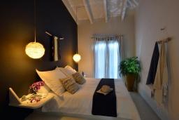 Спальня. Греция, Херсонисос : Прекрасная вилла с бассейном и зеленым двориком с барбекю, 4 спальни, 2 ванные комнаты, джакузи, парковка, Wi-Fi
