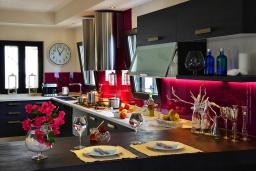 Кухня. Греция, Херсонисос : Прекрасная вилла с бассейном и зеленым двориком с барбекю, 4 спальни, 2 ванные комнаты, джакузи, парковка, Wi-Fi