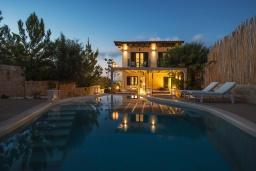 Фасад дома. Греция, Херсонисос : Прекрасная вилла с бассейном и зеленым двориком с барбекю, 4 спальни, 2 ванные комнаты, джакузи, парковка, Wi-Fi