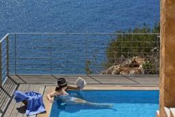 Бассейн. Греция, Элафониси : Современная вилла в 50 метрах от пляжа с бассейном и шикарным видом на море, 3 спальни, 3 ванные комнаты, джакузи, барбекю, парковка, Wi-Fi