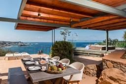 Терраса. Греция, Элафониси : Современная вилла в 50 метрах от пляжа с бассейном и шикарным видом на море, 3 спальни, 3 ванные комнаты, джакузи, барбекю, парковка, Wi-Fi