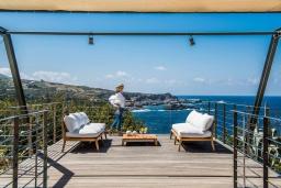 Балкон. Греция, Элафониси : Современная вилла в 50 метрах от пляжа с бассейном и шикарным видом на море, 3 спальни, 3 ванные комнаты, джакузи, барбекю, парковка, Wi-Fi