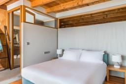 Спальня. Греция, Элафониси : Современная вилла в 50 метрах от пляжа с бассейном и шикарным видом на море, 3 спальни, 3 ванные комнаты, джакузи, барбекю, парковка, Wi-Fi