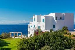 Фасад дома. Греция, Ханья : Роскошная вилла с бассейном, зеленой лужайкой и шикарным видом на море, 2 гостиные, 7 спален, 5 ванных комнат, барбекю, парковка, Wi-Fi