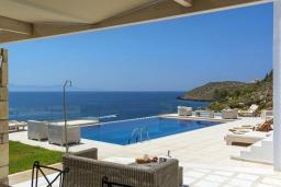 Бассейн. Греция, Ханья : Роскошная вилла с бассейном, зеленой лужайкой и шикарным видом на море, 2 гостиные, 7 спален, 5 ванных комнат, барбекю, парковка, Wi-Fi