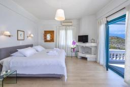 Спальня. Греция, Ханья : Роскошная вилла с бассейном, зеленой лужайкой и шикарным видом на море, 2 гостиные, 7 спален, 5 ванных комнат, барбекю, парковка, Wi-Fi
