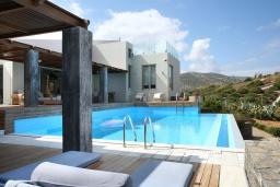 Бассейн. Греция, Айя Пелагия : Роскошная вилла с бассейном, зеленой лужайкой и видом на море, 5 спален, 5 ванных комнат, барбекю, парковка, Wi-Fi