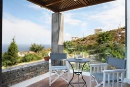 Терраса. Греция, Айя Пелагия : Роскошная вилла с бассейном, зеленой лужайкой и видом на море, 5 спален, 5 ванных комнат, барбекю, парковка, Wi-Fi