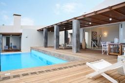Фасад дома. Греция, Айя Пелагия : Роскошная вилла с бассейном, зеленой лужайкой и видом на море, 5 спален, 5 ванных комнат, барбекю, парковка, Wi-Fi
