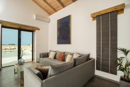 Гостиная. Греция, Фаласарна : Роскошная вилла с бассейном и видом на море, 2 спальни, 2 ванные комнаты, джакузи, сауна, барбекю, парковка, Wi-Fi