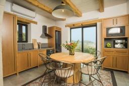 Кухня. Греция, Фаласарна : Роскошная вилла с бассейном и видом на море, 2 спальни, 2 ванные комнаты, джакузи, сауна, барбекю, парковка, Wi-Fi