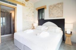 Спальня. Греция, Фаласарна : Роскошная вилла с бассейном и видом на море, 2 спальни, 2 ванные комнаты, джакузи, сауна, барбекю, парковка, Wi-Fi