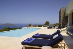 Бассейн. Греция, Элунда : Роскошная вилла вилла с большим бассейном и видом на море, 8 спален, 8 ванных комнат, патио, барбекю, парковка, Wi-Fi