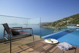 Бассейн. Греция, Айя Пелагия : Роскошная вилла в 25 метрах от пляжа с бассейном и шикарным видом на море, 5 спален, 5 ванных комнат, парковка, Wi-Fi
