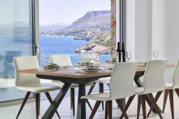 Обеденная зона. Греция, Айя Пелагия : Роскошная вилла в 25 метрах от пляжа с бассейном и шикарным видом на море, 5 спален, 5 ванных комнат, парковка, Wi-Fi