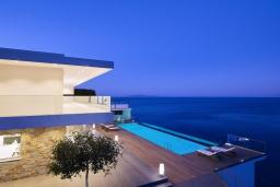 Фасад дома. Греция, Айя Пелагия : Роскошная вилла в 25 метрах от пляжа с бассейном и шикарным видом на море, 5 спален, 5 ванных комнат, парковка, Wi-Fi