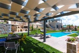 Зона отдыха у бассейна. Греция, Панормо : Роскошная вилла с бассейном и зеленым двориком с барбекю, 4 спальни, 4 ванные комнаты, парковка, Wi-Fi