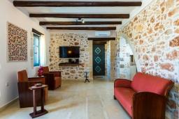 Гостиная. Греция, Панормо : Роскошная вилла с бассейном и зеленым двориком с барбекю, 4 спальни, 4 ванные комнаты, парковка, Wi-Fi