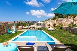 Бассейн. Греция, Панормо : Роскошная вилла с бассейном и зеленым двориком с барбекю, 4 спальни, 4 ванные комнаты, парковка, Wi-Fi