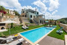 Фасад дома. Греция, Панормо : Роскошная вилла с бассейном и зеленым двориком с барбекю, 4 спальни, 4 ванные комнаты, парковка, Wi-Fi