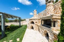 Территория. Греция, Панормо : Роскошная вилла с бассейном и зеленым двориком с барбекю, 4 спальни, 4 ванные комнаты, парковка, Wi-Fi