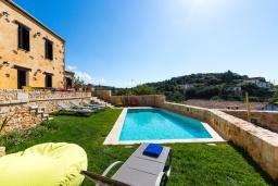 Бассейн. Греция, Панормо : Роскошная вилла с бассейном и зеленым двориком с барбекю, 4 спальни, 3 ванные комнаты, парковка, Wi-Fi