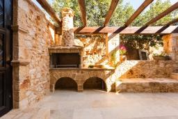 Терраса. Греция, Панормо : Роскошная вилла с бассейном и зеленым двориком с барбекю, 4 спальни, 3 ванные комнаты, парковка, Wi-Fi