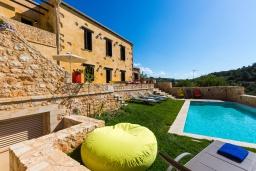 Фасад дома. Греция, Панормо : Роскошная вилла с бассейном и зеленым двориком с барбекю, 4 спальни, 3 ванные комнаты, парковка, Wi-Fi