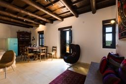 Гостиная. Греция, Панормо : Роскошная вилла с бассейном и зеленым двориком с барбекю, 4 спальни, 3 ванные комнаты, парковка, Wi-Fi