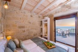 Спальня. Греция, Айя Пелагия : Прекрасная вилла с бассейном, зеленой лужайкой, барбекю и видом на море, 3 спальни, 3 ванные комнаты, парковка, Wi-Fi