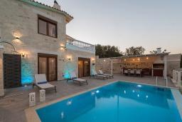 Фасад дома. Греция, Айя Пелагия : Прекрасная вилла с бассейном, зеленой лужайкой, барбекю и видом на море, 3 спальни, 3 ванные комнаты, парковка, Wi-Fi