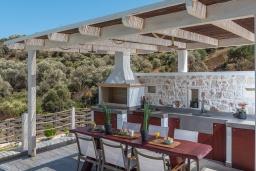 Обеденная зона. Греция, Айя Пелагия : Прекрасная вилла с бассейном, зеленой лужайкой, барбекю и видом на море, 3 спальни, 3 ванные комнаты, парковка, Wi-Fi
