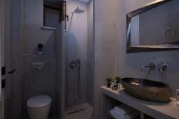 Ванная комната. Греция, Айя Пелагия : Прекрасная вилла с бассейном, зеленой лужайкой, барбекю и видом на море, 3 спальни, 3 ванные комнаты, парковка, Wi-Fi