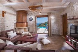 Гостиная. Греция, Айя Пелагия : Прекрасная вилла с бассейном, зеленой лужайкой, барбекю и видом на море, 3 спальни, 3 ванные комнаты, парковка, Wi-Fi