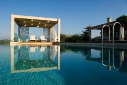Бассейн. Греция, Малеме : Роскошная вилла с бассейном, зеленым садом и видом на море, 3 спальни, 2 ванные комнаты, барбекю, парковка, Wi-Fi
