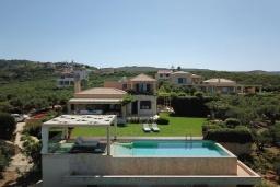 Фасад дома. Греция, Малеме : Роскошная вилла с бассейном, зеленым садом и видом на море, 3 спальни, 2 ванные комнаты, барбекю, парковка, Wi-Fi