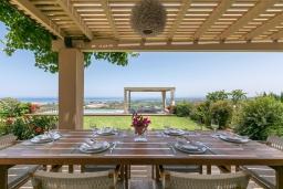 Обеденная зона. Греция, Малеме : Роскошная вилла с бассейном, зеленым садом и видом на море, 3 спальни, 2 ванные комнаты, барбекю, парковка, Wi-Fi