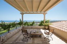 Терраса. Греция, Малеме : Роскошная вилла с бассейном, зеленым садом и видом на море, 3 спальни, 2 ванные комнаты, барбекю, парковка, Wi-Fi