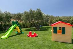 Детская площадка. Греция, Малеме : Роскошная вилла с бассейном, зеленым садом и видом на море, 3 спальни, 2 ванные комнаты, барбекю, парковка, Wi-Fi