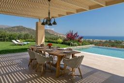 Обеденная зона. Греция, Малеме : Роскошная вилла с бассейном, зеленым садом и видом на море, 4 спальни, 4 ванные комнаты, барбекю, парковка, Wi-Fi